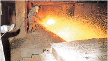 Helping flow of molten iron at blast furnace trough